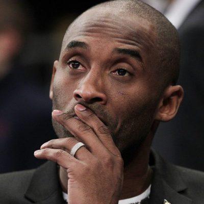 Kobe Bryant viendo un partido de la NBA entre los Knicks y Los Lakers