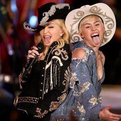 Miley Cyrus actuando con Madonna en su 'MTV Unplugged'