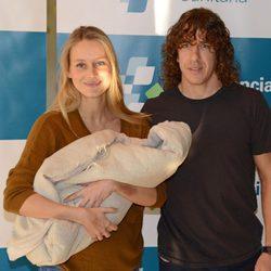 Vanesa Lorenzo y Carles Puyol presenta a su hija Manuela