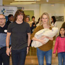 Carles Puyol y Vanesa Lorenzo presentan a su hija Manuela