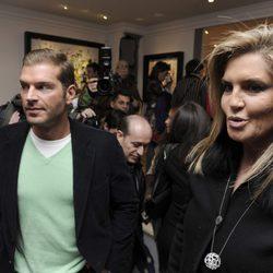 Darek y Susana Uribarri en la inauguración de la exposición de cuadros de Blanca Cuesta