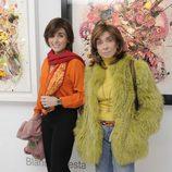 Paloma Segrelles madre e hija en la inauguración de la exposición de cuadros de Blanca Cuesta