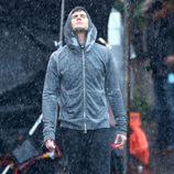 Jamie Dornan empapado por la lluvia en una escena de 'Cincuenta Sombras de Grey'