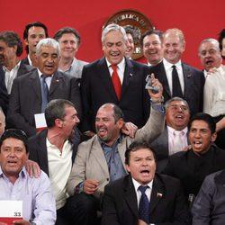 El equipo de 'Los 33' posa con los mineros de Atacama