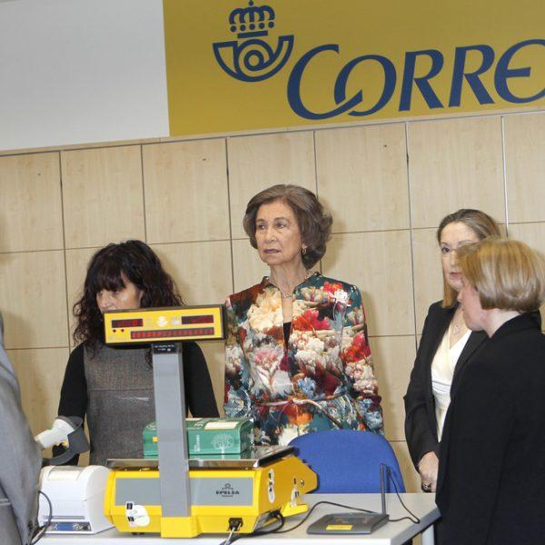 La reina sof a visita una oficina de correos en madrid for Oficina correos madrid