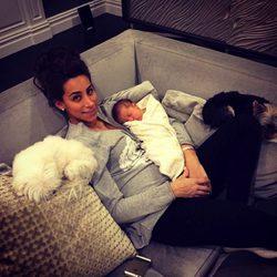 Danielle Jonas con su hija Alena Rose dormida en su pecho