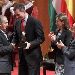 Los Príncipes de Asturias entregan el Premio de Poesía Ciudad de Granada a Eduardo Lizalde