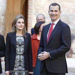 Los Príncipes Felipe y Letizia visitan una exposición en la Alhambra de Granada