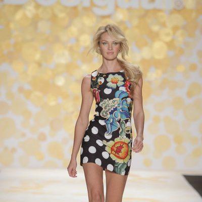 Candice Swanepoel desfilando con Desigual en la Nueva York Fashion Week 2014