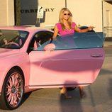 Paris Hilton vestida de rosa saliendo de su coche rosa