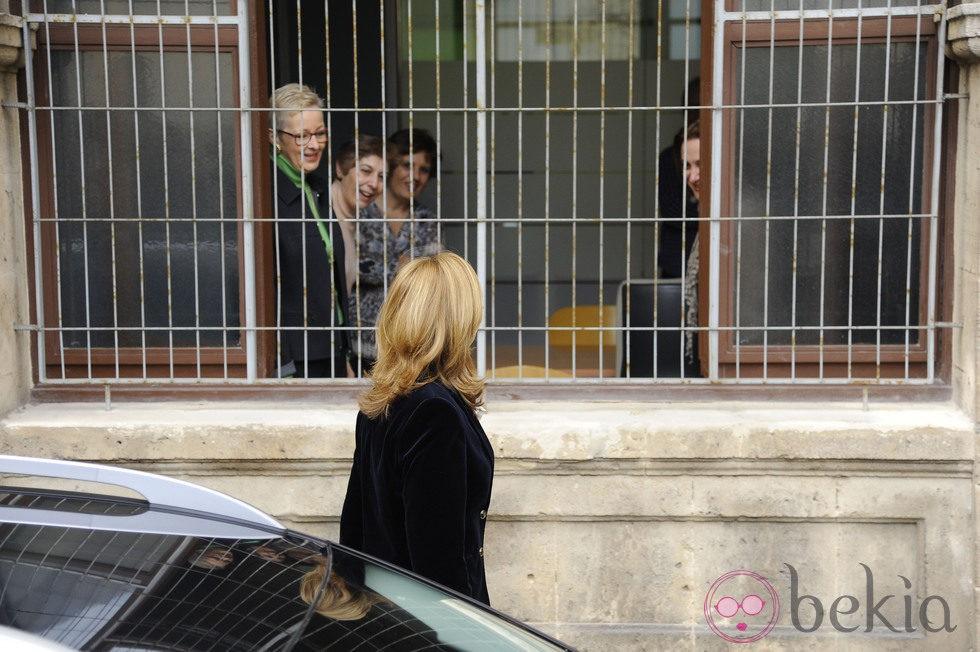 La Infanta Cristina saluda a unas trabajadoras del juzgado de Palma antes de su declaración