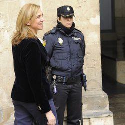 La Infanta Cristina sonríe antes de entrar a declarar