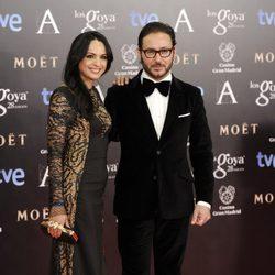 Carlos Santos y su novia en la alfombra roja de los Goya 2014