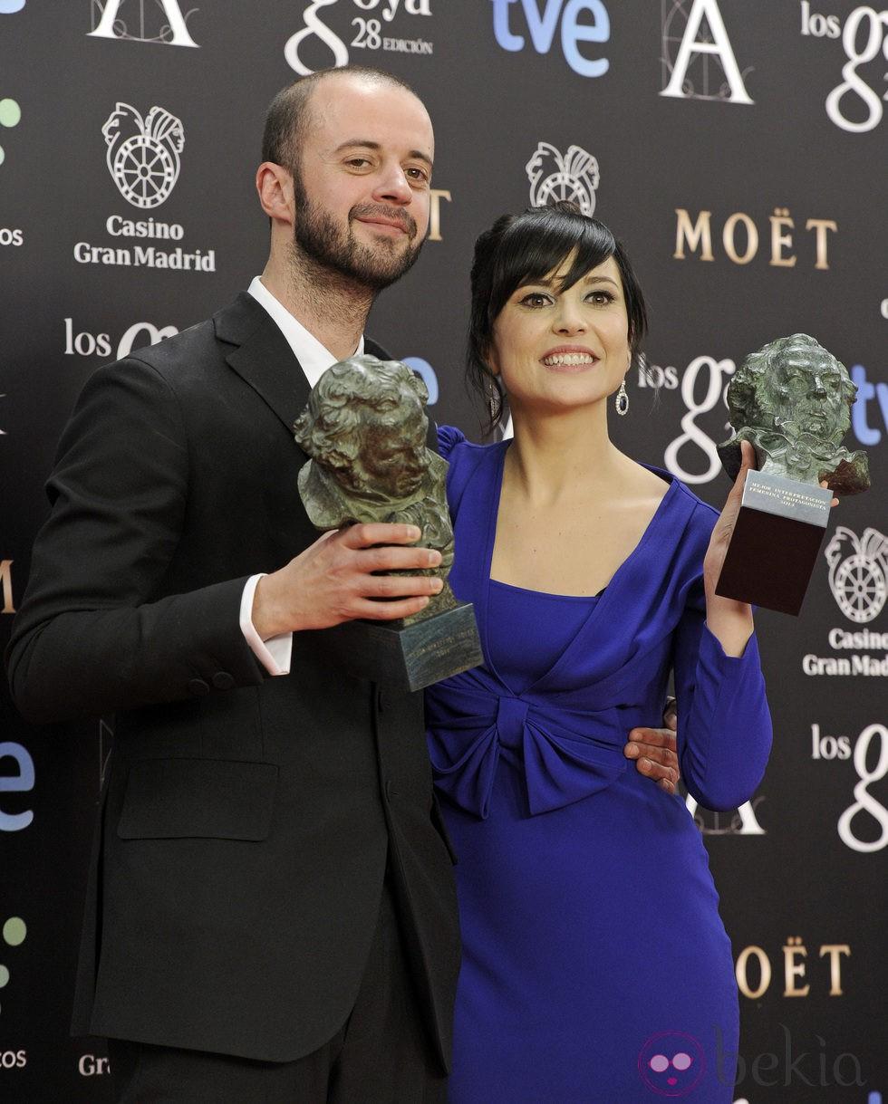 Fernando Franco y Marian Álvarez posan con su galardón en los Premios Goya 2014