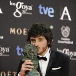 Javier Pereira posa con su galardón en los Premios Goya 2014