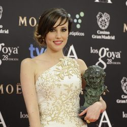 Natalia de Molina posa con su galardón en los Premios Goya 2014