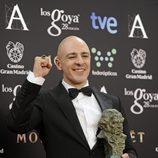 Roberto Álamo posa con su galardón en los Premios Goya 2014
