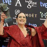Terele Pávez posa con su galardón en los Premios Goya 2014