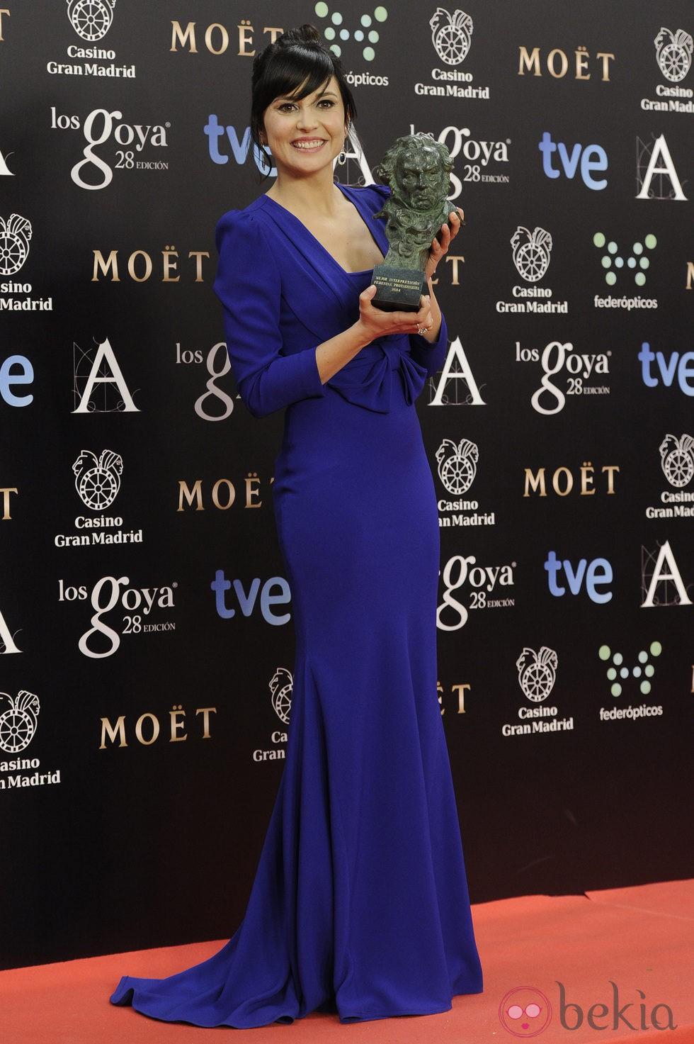 Marian Álvarez posa con su galardón en los Premios Goya 2014