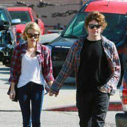 Emma Roberts y Evan Peters pasean cogidos de la mano