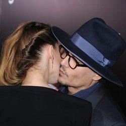 Johnny Depp y Amber Heard se dan un tímido beso en la mejilla