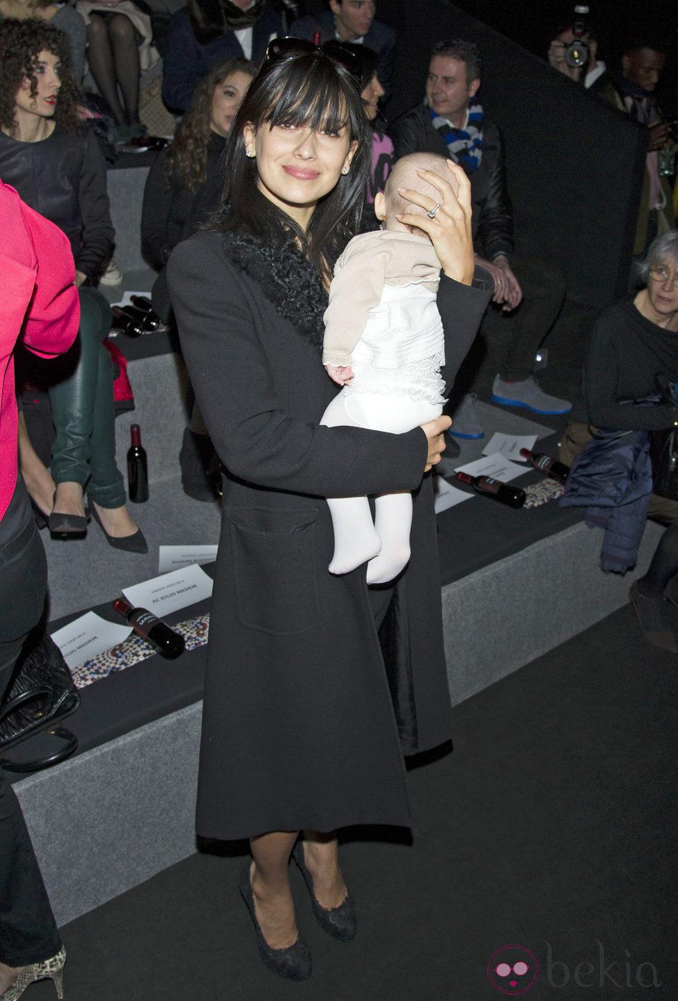 Hilaria Thomas con Carmen Gabriela en el desfile de Amaya Arzuaga en Madrid Fashion Week 2014