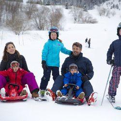 Federico y Mary de Dinamarca con sus cuatro hijos en Suiza