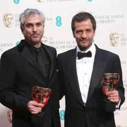 Alfonso Cuarón y David Heyman posan con su premio BAFTA 2014