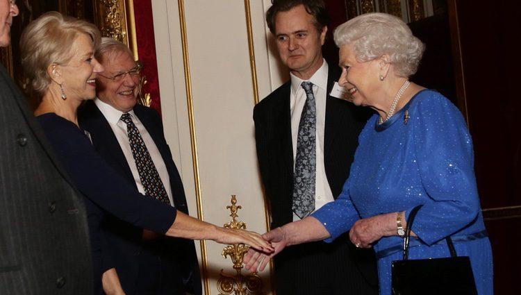 Helen Mirren saluda a la Reina Isabel en una recepción en Buckingham Palace
