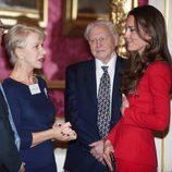 Helen Mirren charla con Kate Middleton en una recepción en Buckingham Palace