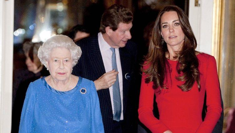 La Reina Isabel y Kate Middleton en una recepción en Buckingham Palace