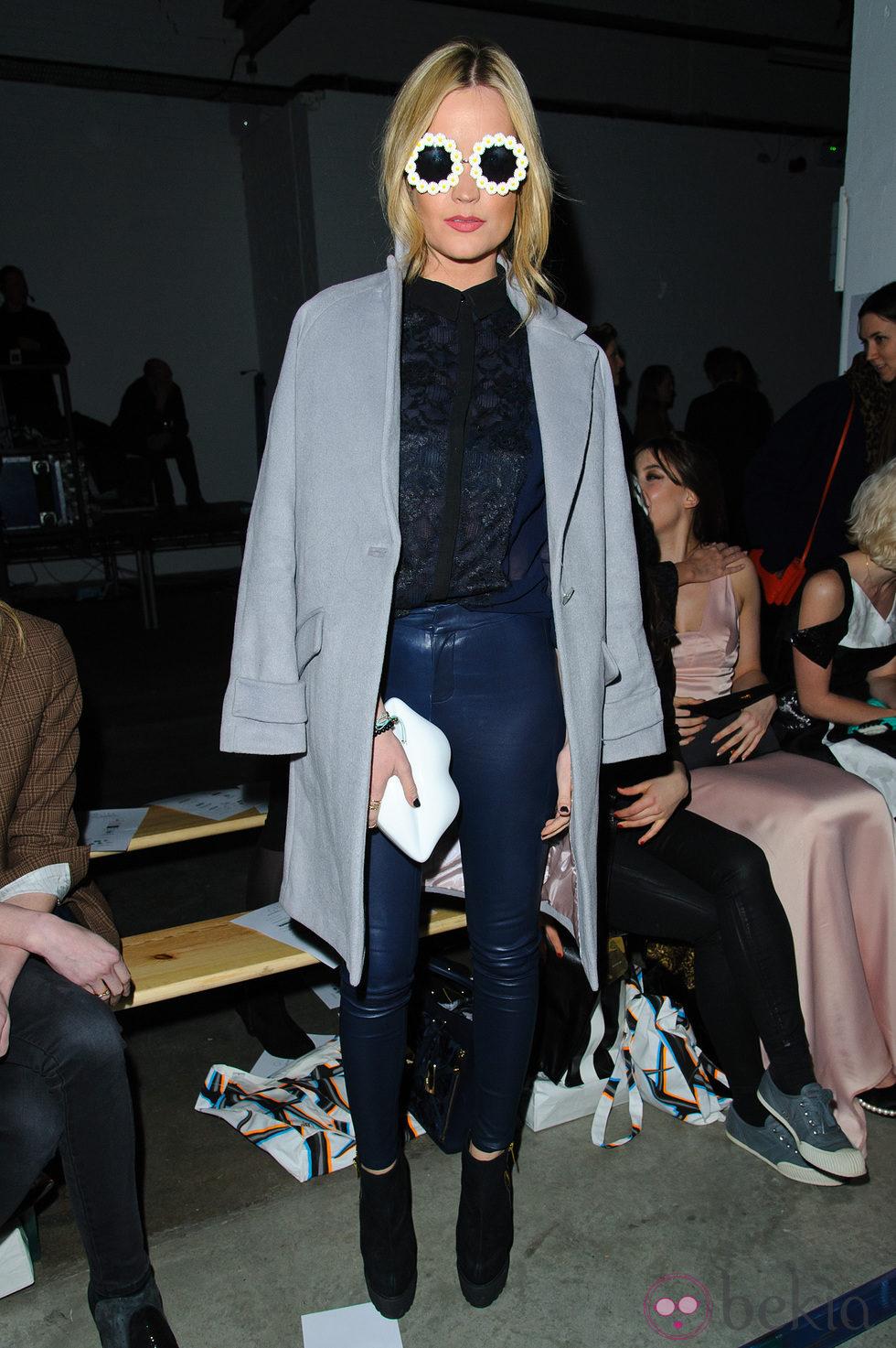 Laura Whitmore en el front row de la Semana de la Moda de Londres 2014