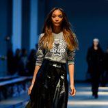 Jourdan Dunn desfilando para Giles en la Londres Fashion Week 2014