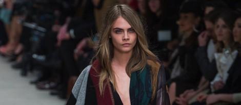 Cara Delevingne desfilando para Burberry en la Londres Fashion Week 2014