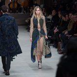 Suki Waterhouse desfilando para Burberry en la Londres Fashion Week 2014