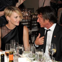 Charlize Theron y Sean Penn en su primera cena pública como pareja