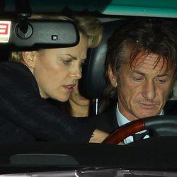 Charlize Theron enseñando a Sean Penn a conducir su coche