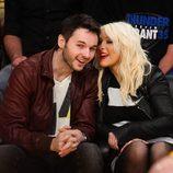 Christina Aguilera y Matt Rutler comparten confidencias en un partido de la NBA