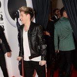 Niall Horan con muletas en la alfombra roja de los Brit Awards 2014