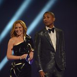 Kylie Minogue y Pharrell Williams presentan uno de los galardones de los Brit Awards 2014