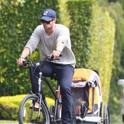 Chris Hemsworth paseando en bici con India Rose por Malibú