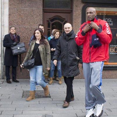 Lamar Odom pasea por Vitoria tras fichar por el Baskonia