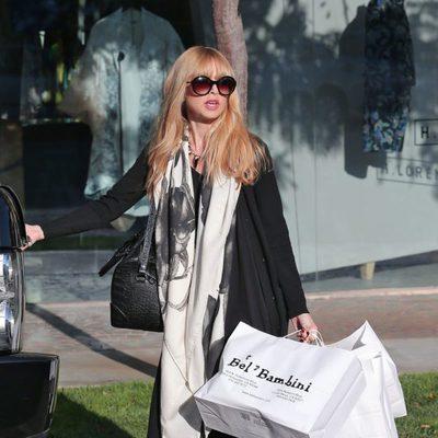 Rachel Zoe cargada de bolsas de una tienda infantil