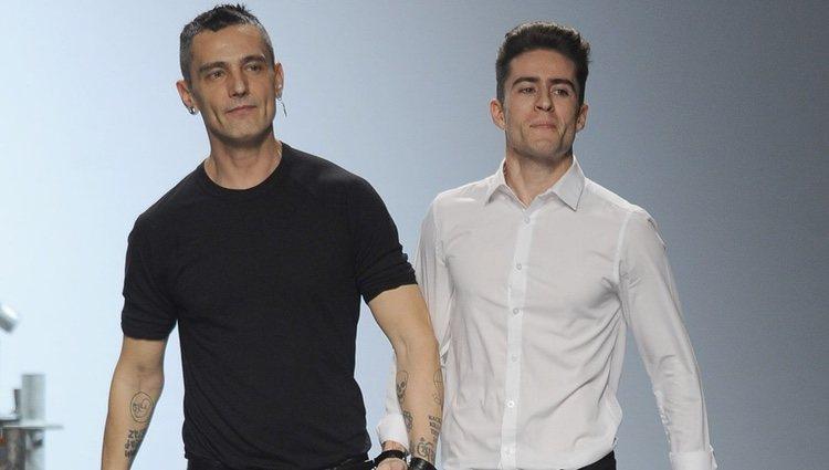 David Delfín y Pelayo Díaz saludando tras su desfile de Madrid Fashion Week 2014
