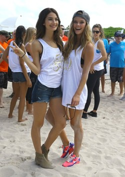 Nina Agdal en el partido de voley playa benéfico celebrado por Sports Illustrated Swimsuit