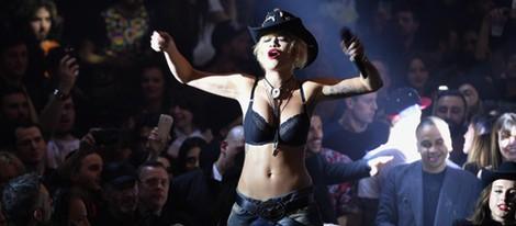 Rita Ora en el desfile de Philipp Plein en la Milán Fashion Week 2014