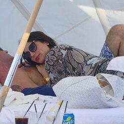Simon Cowell y Lauren Silverman con su hijo Eric durmiendo la siesta en Miami