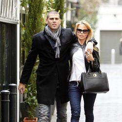 Víctor Valdés y Yolanda Cardona paseando por las calles de Madrid