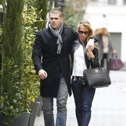 Víctor Valdés y Yolanda Cardona pasean agarrados por Madrid