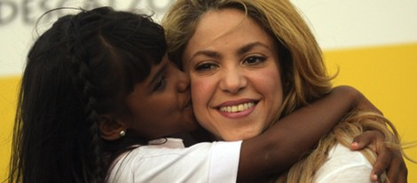 Una niña besa a Shakira en la inauguración de una escuela en Colombia